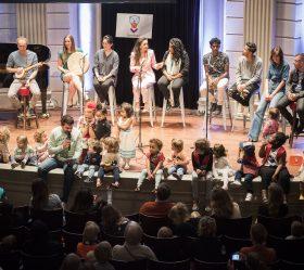 Topartiesten lanceren voorleesliedje in elf talen